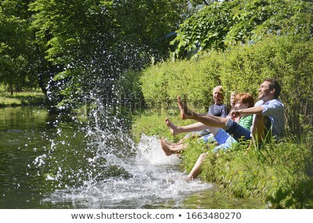 семьи сидят берег реки вместе дерево продовольствие Сток-фото © IS2