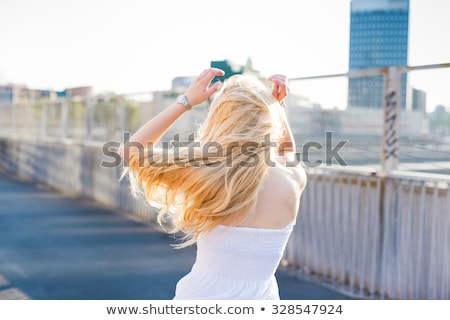 Feliz casual mulher cabelo loiro dança mulher jovem Foto stock © wavebreak_media