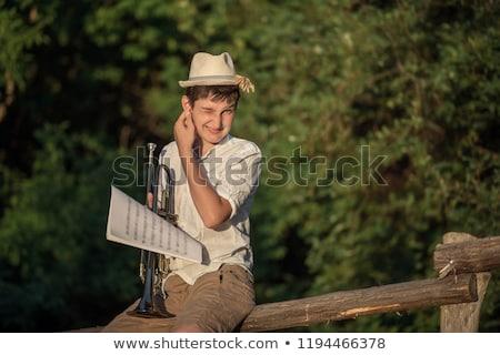 férfi · hegedűművész · játszik · hangszer · olvas · zene - stock fotó © sumners