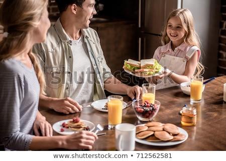かわいい · 女性 · 食べ · サンドイッチ · ランチ · キッチン - ストックフォト © wavebreak_media