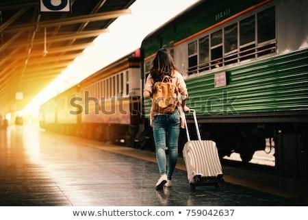 mujer · de · negocios · espera · estación · de · ferrocarril · mujer · teléfono · móviles - foto stock © is2
