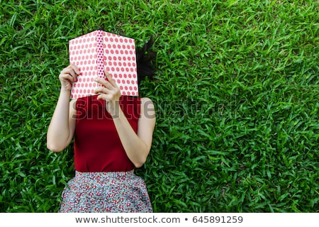 женщину чтение высокий трава молодые улыбающаяся женщина Сток-фото © lichtmeister