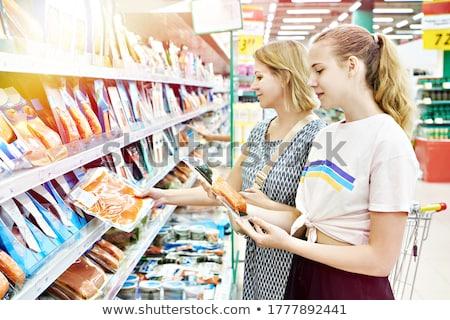 Família compra peixe supermercado em pé contrariar Foto stock © Kzenon