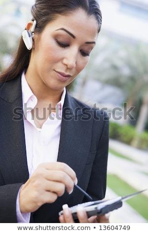 Zakenvrouw pda gebouw technologie communicatie Stockfoto © monkey_business