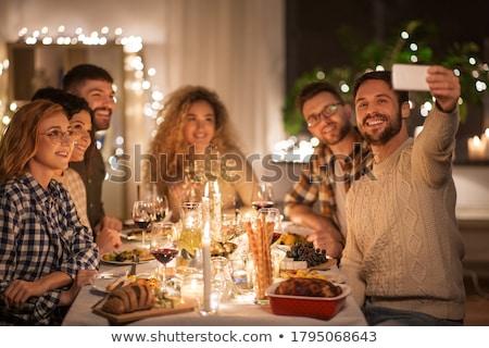 mutlu · arkadaşlar · izlerken · tv · ev · akşam - stok fotoğraf © dolgachov