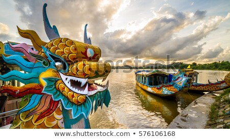 Traditioneel draak boot parfum rivier Vietnam Stockfoto © boggy