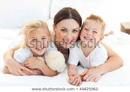 retrato · feliz · mãe · crianças · cama · família - foto stock © wavebreak_media