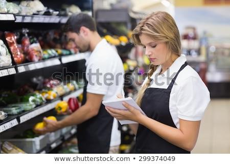 серьезный сотрудников женщину Дать блокнот супермаркета Сток-фото © wavebreak_media