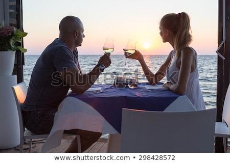 Dining oceaan man outdoor tabel strand Stockfoto © bluering