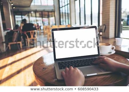 女性 · ラップトップを使用して · カップ · コーヒー · 笑顔 · ノートパソコン - ストックフォト © highwaystarz
