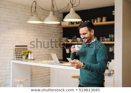 若い男 · 飲料 · コーヒー · 表示 · 座って · カフェ - ストックフォト © deandrobot