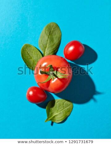 Pomidory zielone szpinak pozostawia niebieski refleksji Zdjęcia stock © artjazz