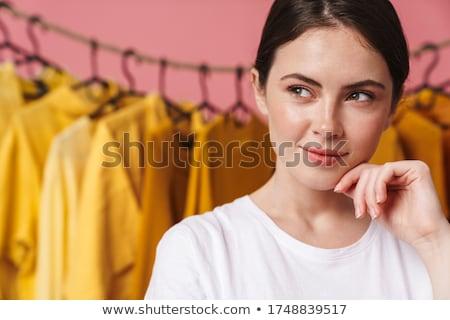 Foto mulher olhando em pé jovem Foto stock © deandrobot