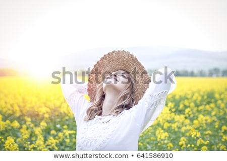Mujer violación campo mujer hermosa primavera Foto stock © smithore