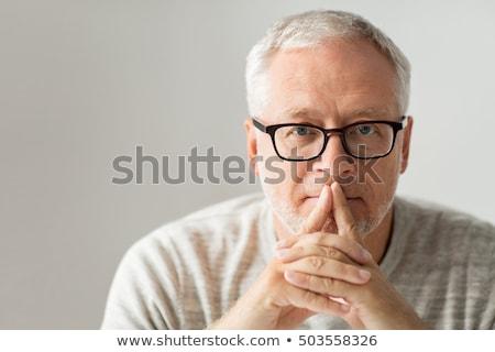 kıdemli · olgun · adam · gözlük · bakıyor · kamera - stok fotoğraf © dolgachov