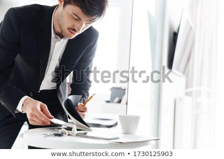 Foto ernst Geschäftsmann halten Planer tragen Stock foto © deandrobot