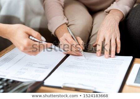 Handen volwassen cliënt makelaar pennen wijzend Stockfoto © pressmaster