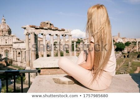Fiatal csinos nő álmodik vakáció híres turisztikai Stock fotó © HASLOO