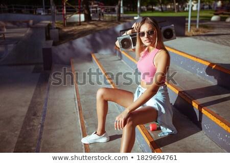 Meisje permanente trap skateboard glimlachend jong meisje Stockfoto © deandrobot