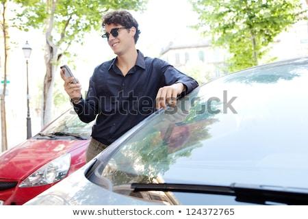 бизнесмен · Постоянный · глядя · сотовый · телефон · человека - Сток-фото © is2