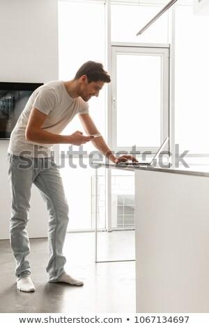 przystojny · mężczyzna · pracy · kuchnia · szczęśliwy · jabłko · zdrowia - zdjęcia stock © deandrobot