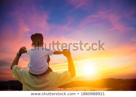Foto stock: Padres · hombro · ninos · ejecutando · luz · del · sol · sonrisa