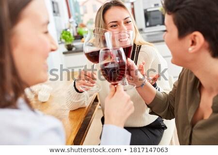 Zdjęcia stock: Trzy · kobiet · znajomych · wino · czerwone · kuchnia