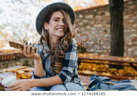 bastante · menina · telefone · natureza · verão · dia - foto stock © OleksandrO