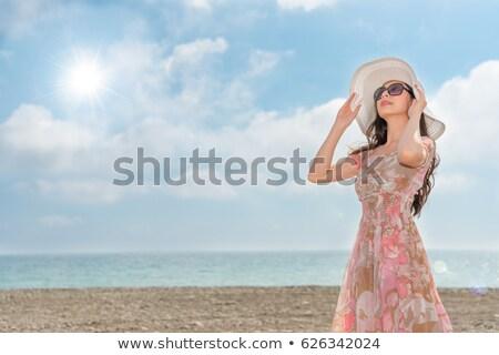 Jonge vrouw hoed permanente buitenshuis naar Stockfoto © stryjek
