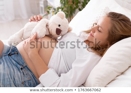 Foto d'archivio: Orsacchiotto · guardando · pancia · donna · incinta · cute · donna