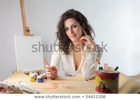 Szczęśliwy piękna kobieta artysty rysunek farbują tabeli Zdjęcia stock © deandrobot