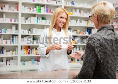 Gyógyszerész nő gyógyszer pult gyógyszertár ellenkező Stock fotó © vectorikart