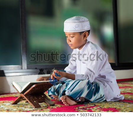 Müslüman kız kitap örnek siyah Stok fotoğraf © adrenalina
