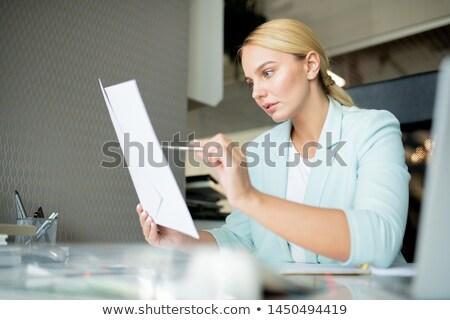 Fiatal menedzser bankár mutat pénzügyi papír Stock fotó © pressmaster