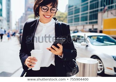 Giovani elegante femminile manager lettura notifica Foto d'archivio © pressmaster