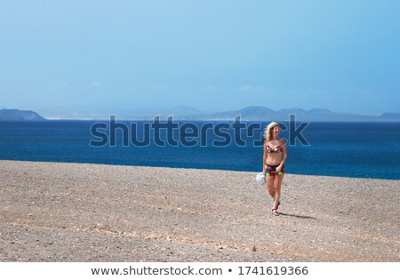 mulher · jovem · caminhada · praia · água · menina - foto stock © BrazilPhoto