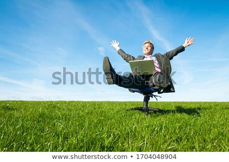 hombre · sesión · mesa · pies · hasta · empresario - foto stock © is2