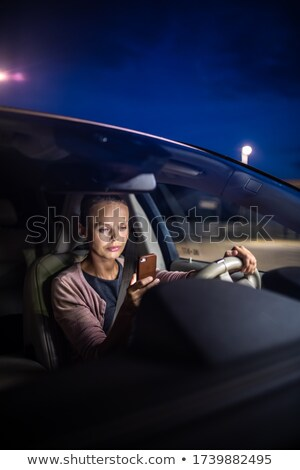 Jonge vrouwelijke bestuurder spelen mobieltje betalen Stockfoto © lightpoet