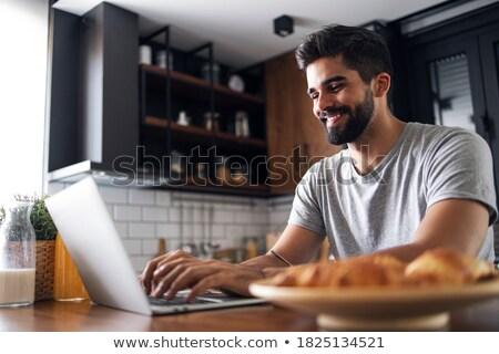 hombre · cocina · usando · la · computadora · portátil · ordenador · Internet · portátil - foto stock © wavebreak_media