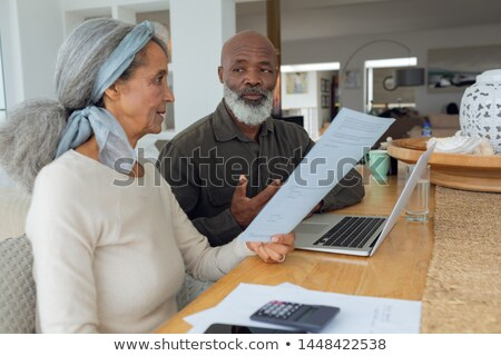 Dos mujeres casa de playa usando la computadora portátil tecnología viaje lectura Foto stock © IS2