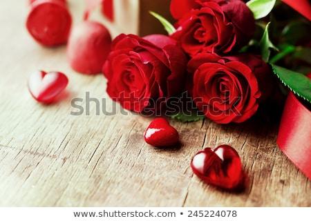 rosas · rojas · caja · de · regalo · forma · de · corazón · cinta · madera · mesa · de · madera - foto stock © neirfy