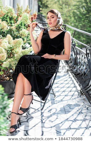 vrouw · poseren · bloemen · portret · aantrekkelijk - stockfoto © neonshot