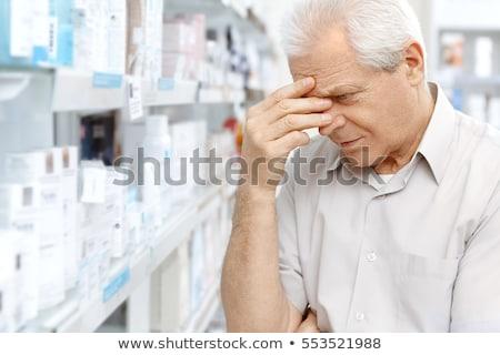 シニア 男性 顧客 薬物 薬局 薬 ストックフォト © dolgachov