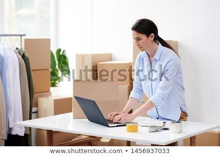 Genç esmer kadın yeni dizüstü bilgisayar Stok fotoğraf © pressmaster