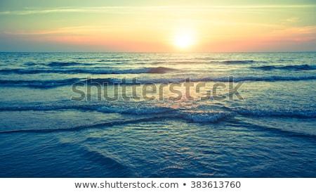 Vreedzaam oceaan zonsondergang man naar mooie Stockfoto © kwest
