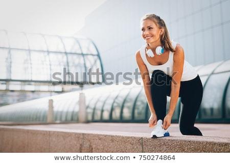 vrouw · jong · meisje · lopen · buitenshuis · glimlachende · vrouw · glimlachend - stockfoto © silent47