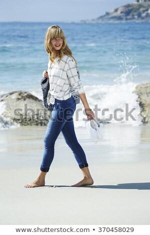 Vue de côté jeunes femme marche sable Photo stock © wavebreak_media