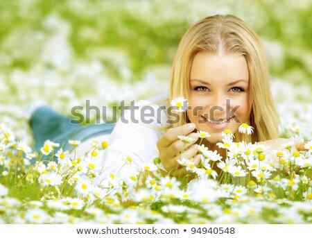nő · húz · szirmok · százszorszép · természet · egyedül - stock fotó © wavebreak_media
