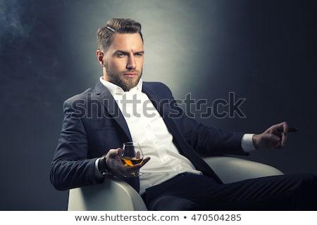 Moda uomo suit seduta sedia fumare Foto d'archivio © feedough