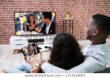 Foto stock: Casal · televisão · sem · fio · comprimido · africano